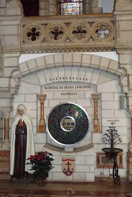 O túmulo de Santa Maria de Jesus Crucificado no Carmelo de Belém