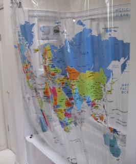 Cortina de banheiro com um mapa estampado