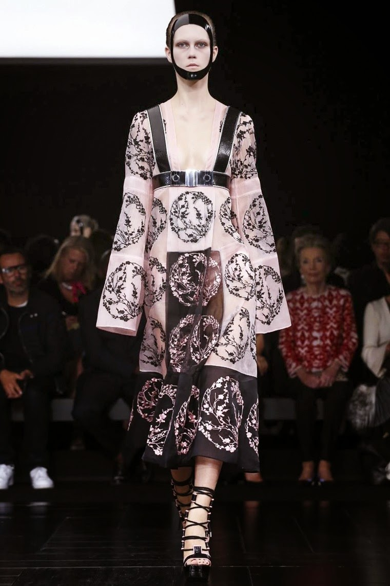 Alexander McQueen spring summer 2015, Alexander McQueen ss15, Alexander McQueen, Alexander McQueen ss15 pfw, Alexander McQueen pfw, pfw, pfw ss15, pfw2014, fashion week, paris fashion week, du dessin aux podiums, dudessinauxpodiums, vintage look, dress to impress, dress for less, boho, unique vintage, alloy clothing, venus clothing, la moda, spring trends, tendance, tendance de mode, blog de mode, fashion blog,  blog mode, mode paris, paris mode, fashion news, designer, fashion designer, moda in pelle, ross dress for less, fashion magazines, fashion blogs, mode a toi, revista de moda, vintage, vintage definition, vintage retro, top fashion, suits online, blog de moda, blog moda, ropa, asos dresses, blogs de moda, dresses, tunique femme, vetements femmes, fashion tops, womens fashions, vetement tendance, fashion dresses, ladies clothes, robes de soiree, robe bustier, robe sexy, sexy dress