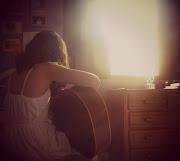 Tenho um violão para me acompanhar. Tenho muitos amigos, eu sou popular