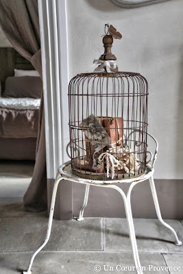 Decorating with an old cage in the guest house Un Cœur très Nature, in Gard - France