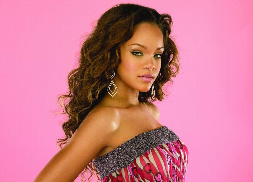 http://4.bp.blogspot.com/-kbSE_YCKxk8/TqQw9GakBFI/AAAAAAAAClo/PbaTN9aBv5g/s1600/Rihanna_6.jpg