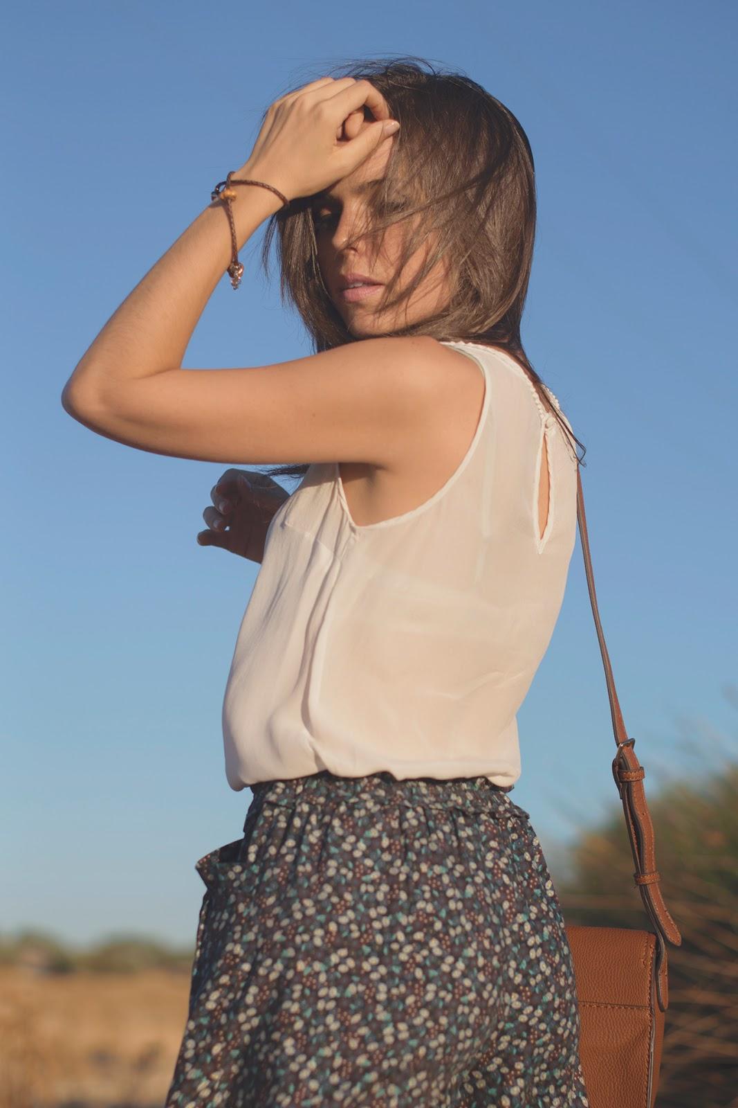 Look casual boho con shorts de flores de Zara y complementos en camel