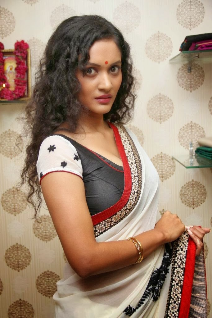 Real indian girls pics homely indian housewife in saree for Indian hot house