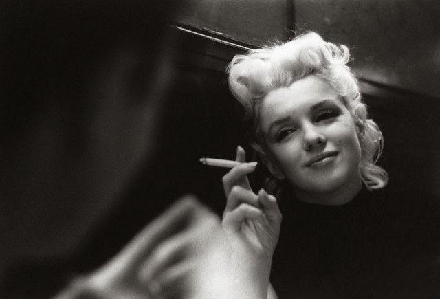 Marilyn monroe photographie 1960 1962 dans une voiture noir et blanc fumant une cigarette regard triste naturelle