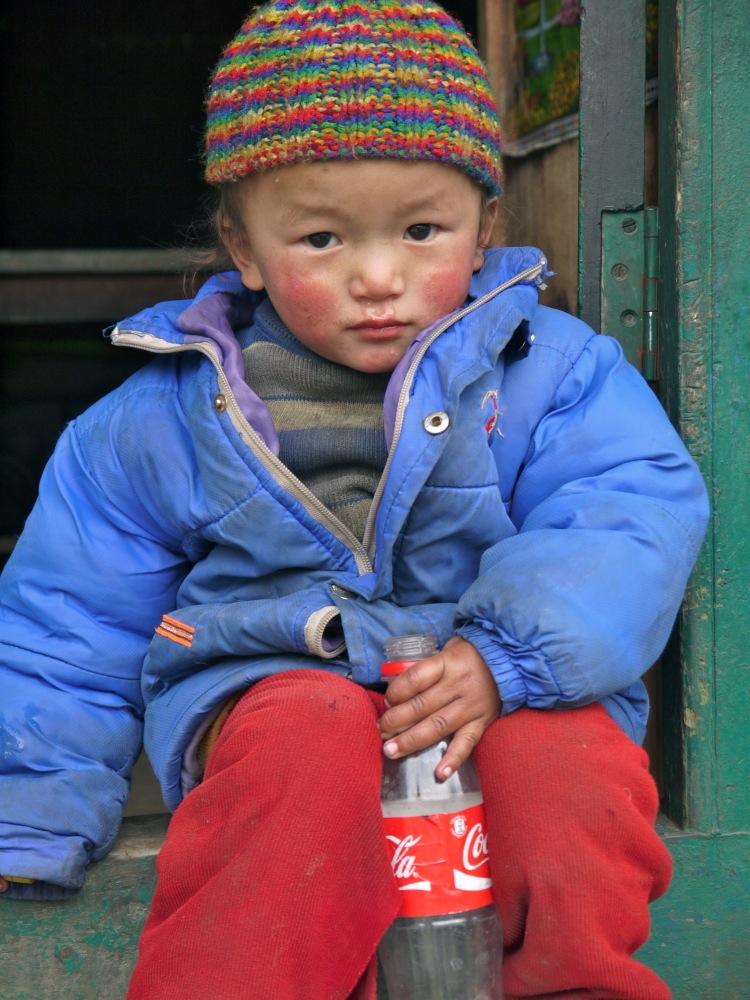 Un enfant tibétain, devant sa maison ce matin: