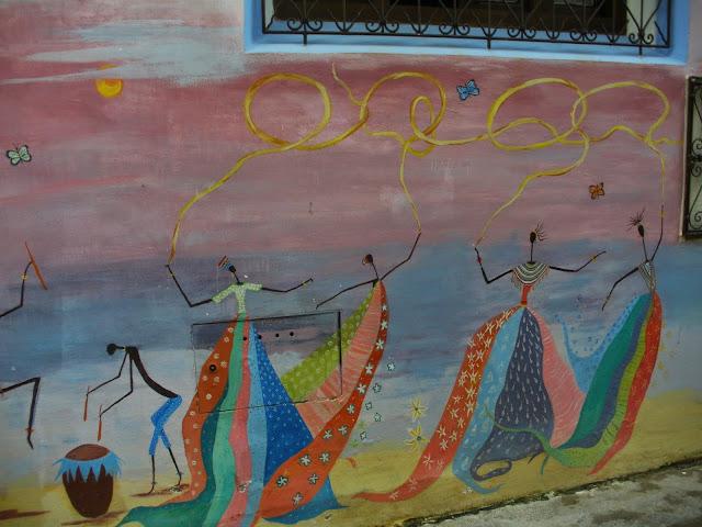 Mural pintado en la pared de una casa en Asilah