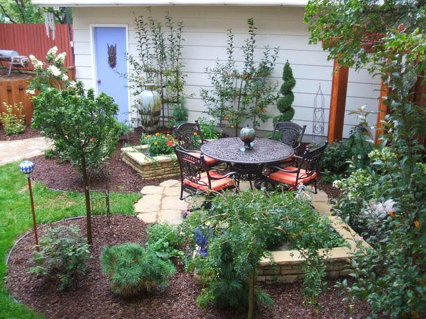 Simple small patio ideas in small yard for Diy home design ideas landscape backyard