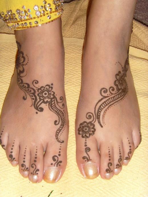 Delicate Foot Henna Art 520x693 Mehndi on Feet