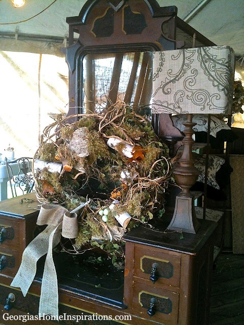 Love the lamp and the rustic wreath!