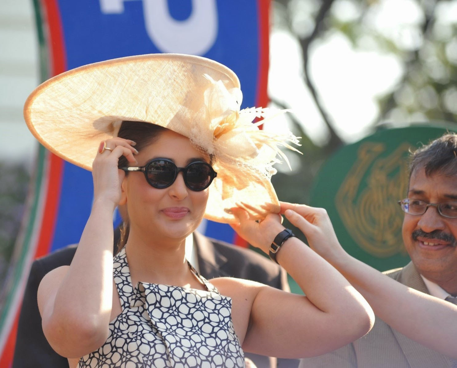 http://4.bp.blogspot.com/-kdDcTF3fUeo/Ut0-zxCXiTI/AAAAAAABogY/zT8j43W0580/s1600/Kareena+Kapoor+and+Tushar+attends+the+Mid-Day+races+.JPG
