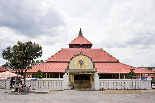 http://4.bp.blogspot.com/-kdcbGfpVW-c/TsSBHrMHoSI/AAAAAAAAAKg/BUkDRoRTYB0/s1600/Masjid-Agung-jogja.jpg