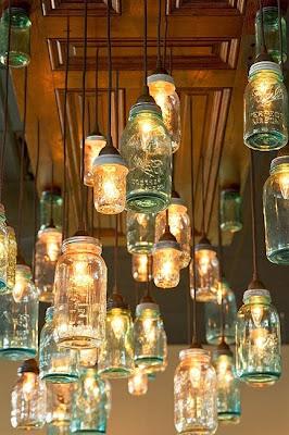 techo compuesto por tarros de vidrio hechos lámparas