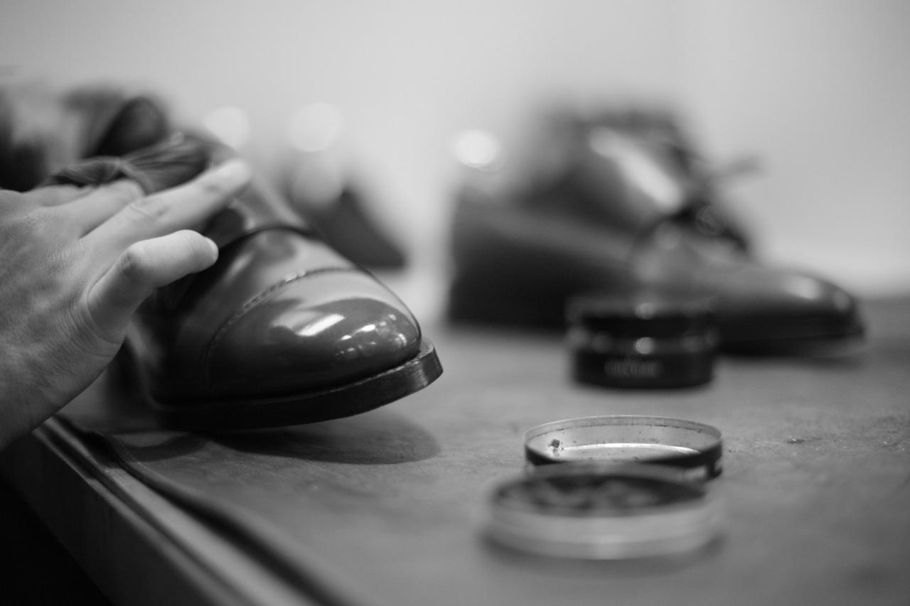 ¿Cómo dejar los zapatos brillantes?