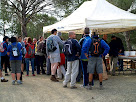 Participants de la caminada recollint l'esmorzar