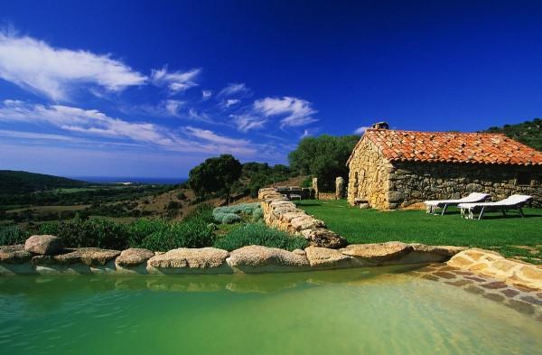 Vista de una de las casas con piscina