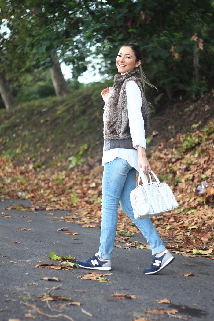 Hoje, no Look do dia, apresento-vos um outfit descontraidamente casual para estes dias de Outono... Sporty chic. Desportivo chique. Pêlo. Ripped jeans. Tendências Outono/Inverno 2015-2016. Dicas de Moda. Style Statement. Blog de moda portugal