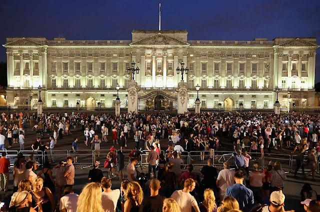 Povo diante do palácio de Buckingham aguarda notícias do nascimento do bebê real