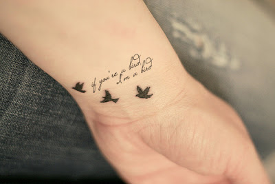 Tatuagem Feminina no Pulso frases delicadas