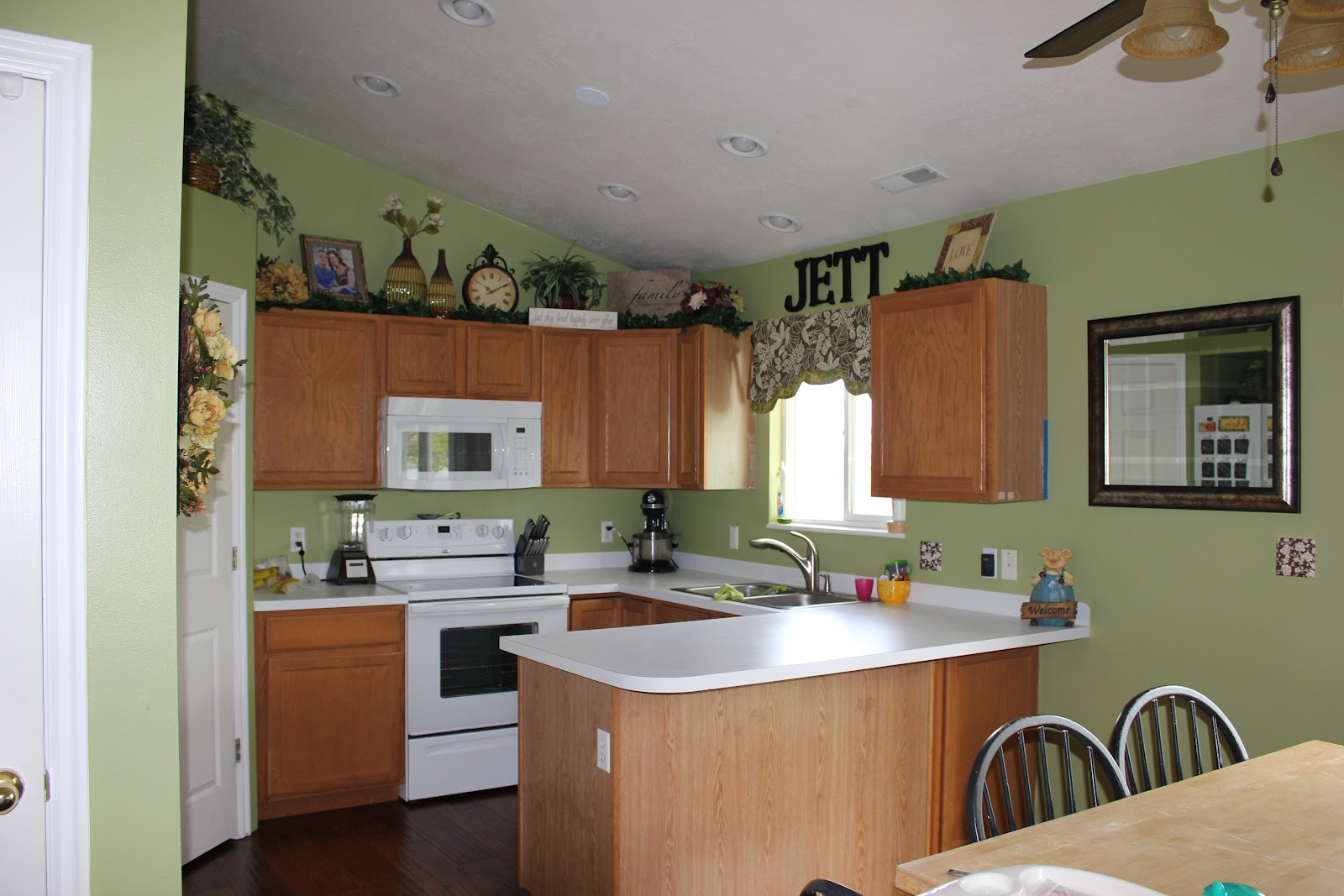 Green kitchen cabinets what color walls for Kitchen cabinets green