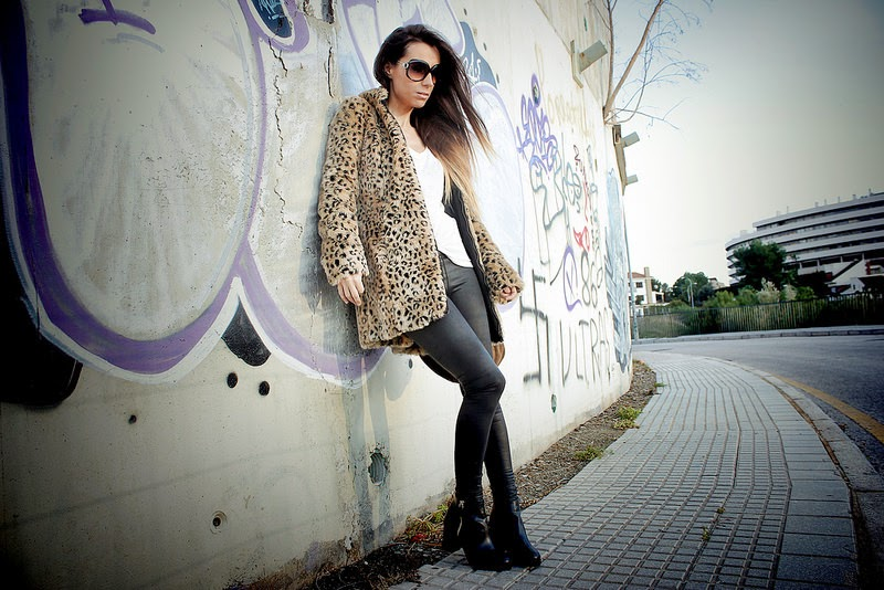 Zara abrigo; H&M camiseta, gafas de sol; Suiteblanco leggings; PullandBear botines