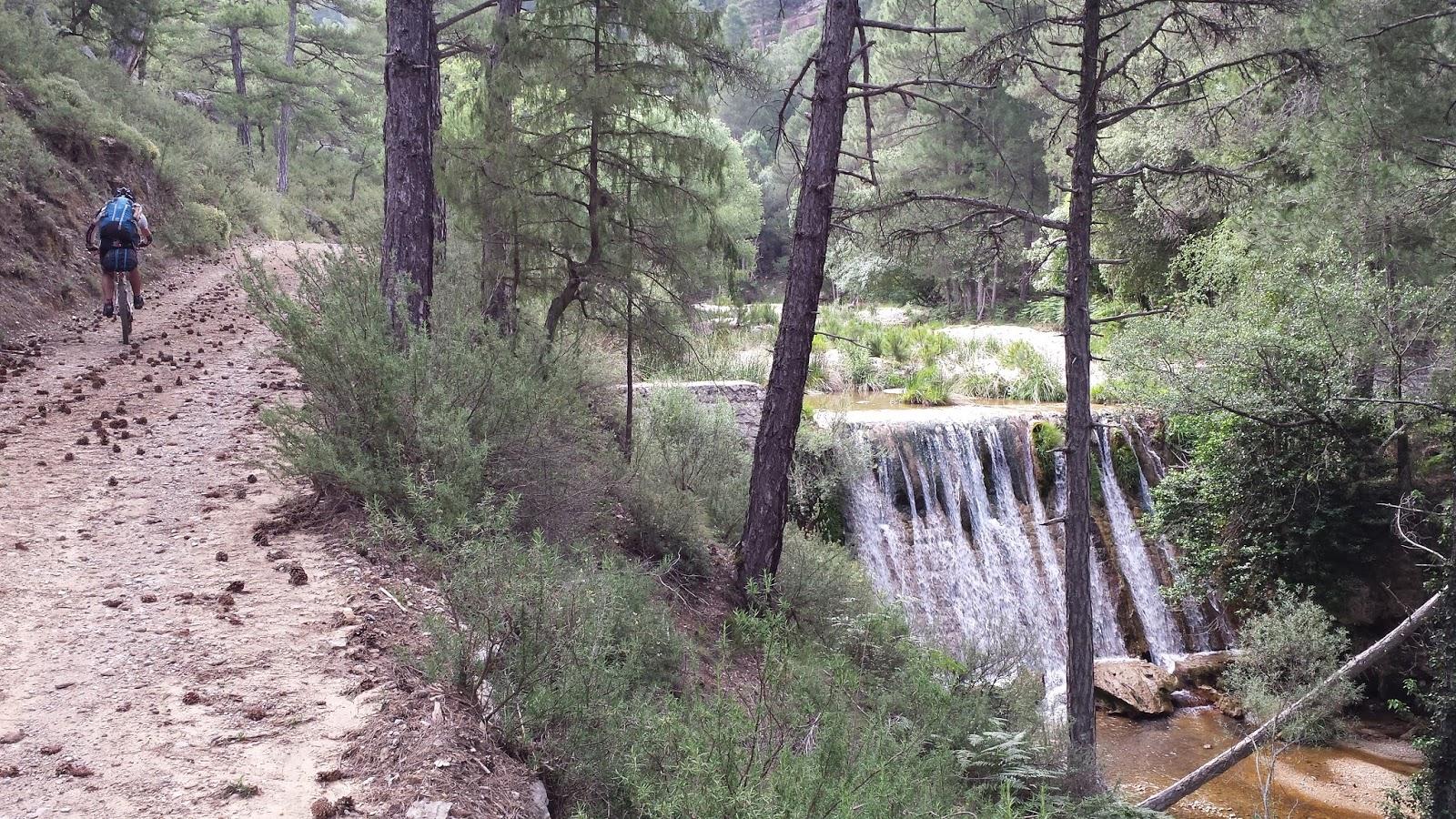 ... fuente y refugio casa forestal Fuente Acero donde reponemos agua y