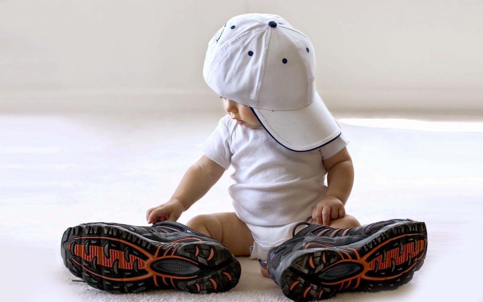 Gambar anak kecil pakai topi keren warna putih