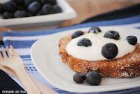 torrijas con yogur y arándanos