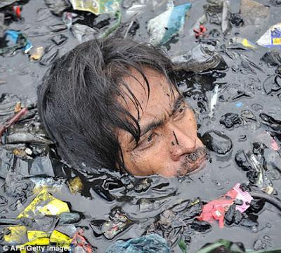 Berenang Dalam Sampah