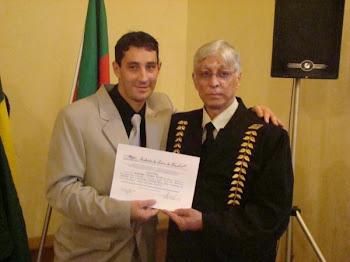 Diploma Recebendo Das mãos do presidente da Academia de Letras do Brasil Mario Carabajal o diploma