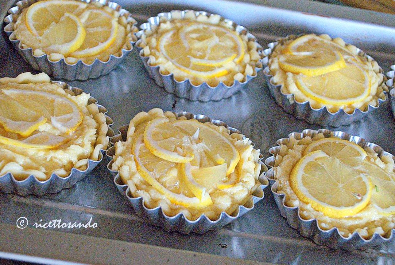 Crostatine al limone e frangipane ricetta dolce rifiniamo con fette di limone