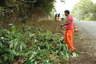 Um grupo de dez profissionais atua no Ingá. Com o auxílio de uma máquina tobata, os profissionais fazem limpeza e capina da via