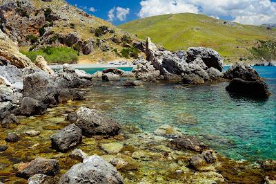 Rocas a orillas del mar junto a las montañas