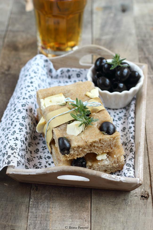 focaccia semi integrale con feta, olive nere e timo ( a lievitazione naturale )