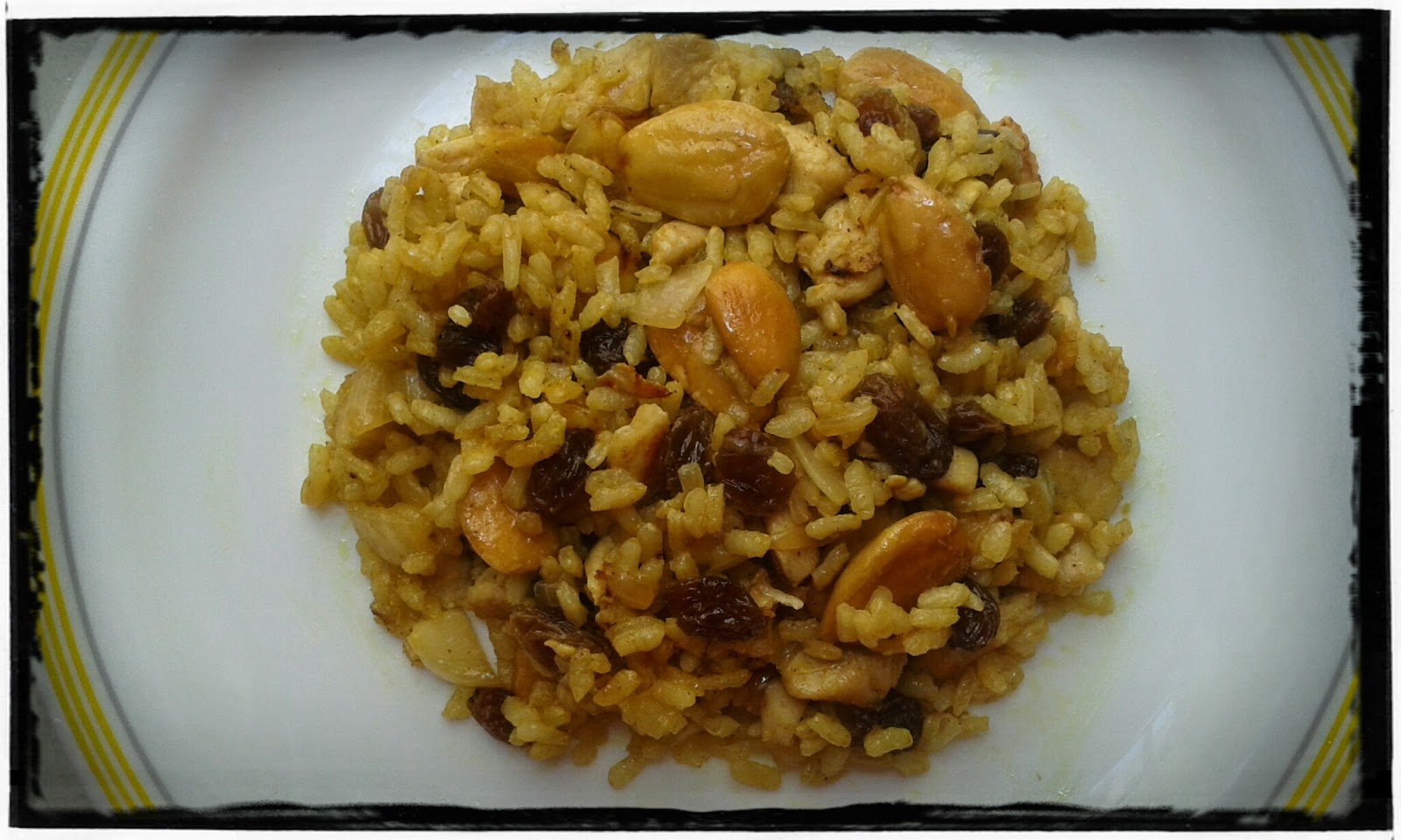 Arroz al curry con pollo, pasas y almendras.