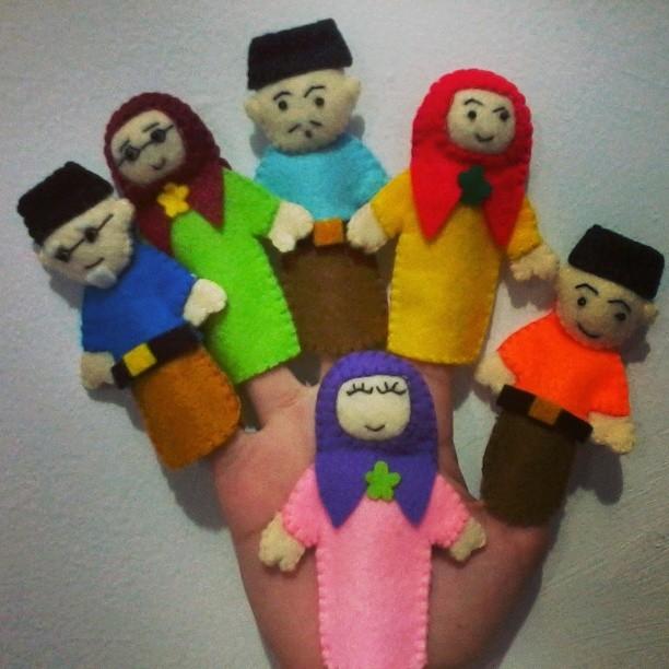 Memberikan hadiah boneka jari juga dapat memotivasi orangtua untuk berlatih  bercerita dan mendongeng untuk anaknya. 8ed4b36351