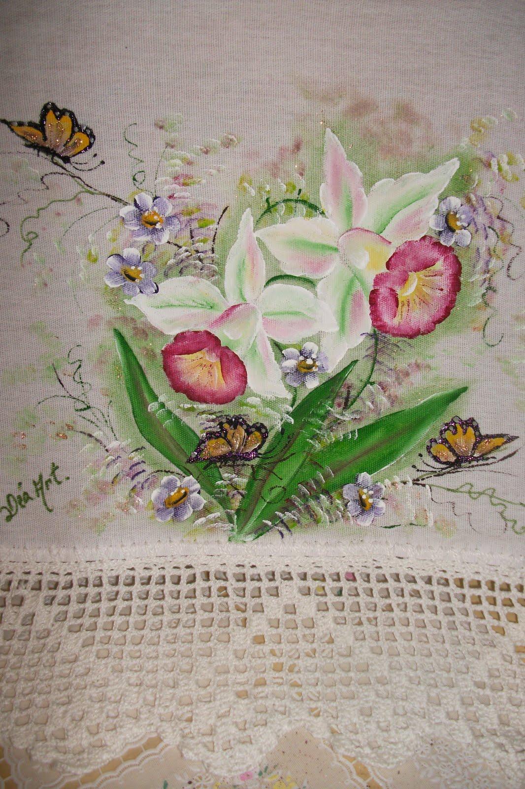 borboletas pintadas e acabamento em bico de crochêum lindo jardim