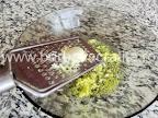Piept de pui marinat in lamaie preparare reteta - usturoiul ras peste coaja si zeama de lamaie