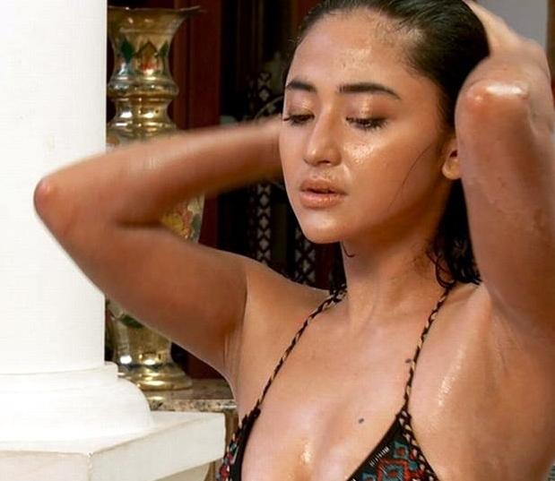 Dewi persik bikini