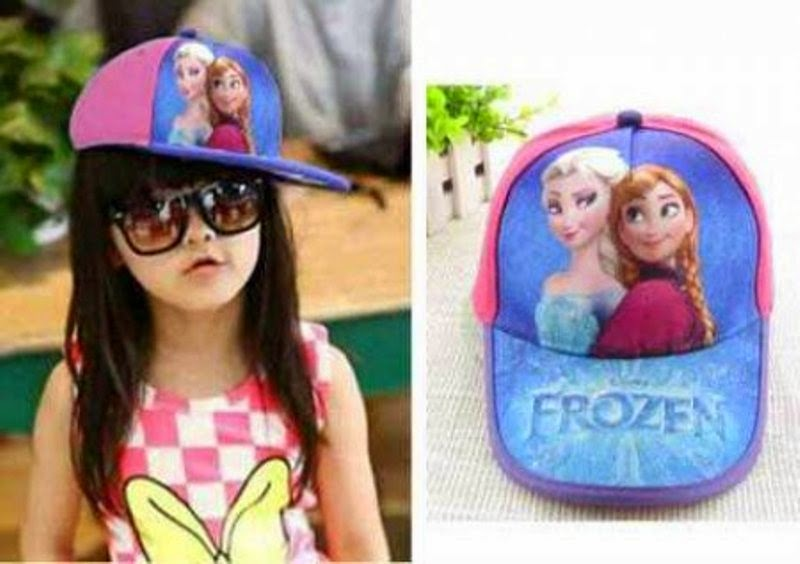 Anak memakai topi karakter frozen