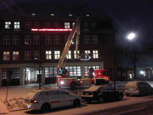 Feuerwehr Berliner Tor testet Drehleiter bei Nacht