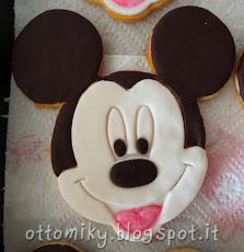 Per la decorazione abbiamo usato con Pasta di Zucchero bianca per il viso,  Cioccolato Plastico per orecchie e dettagli, più uno schizzo di glassa  all\u0027acqua