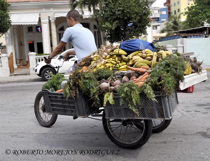 Una carretilla con alimentos circulando por una calle en el Vedado de La Habana, Cuba.
