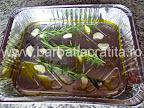 Iepure la cuptor cu legume preparare reteta - usturoi, rozmarin si ulei in tava