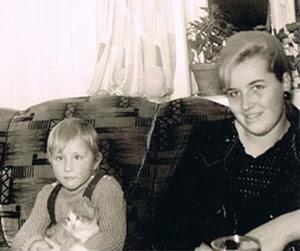 Klein-Reserl mit der ersten Katze und die Reserl-Mama :-)