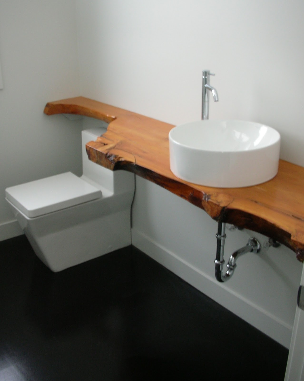 MODE CONCRETE Modern Bathroom with Black Stained Concrete Floor