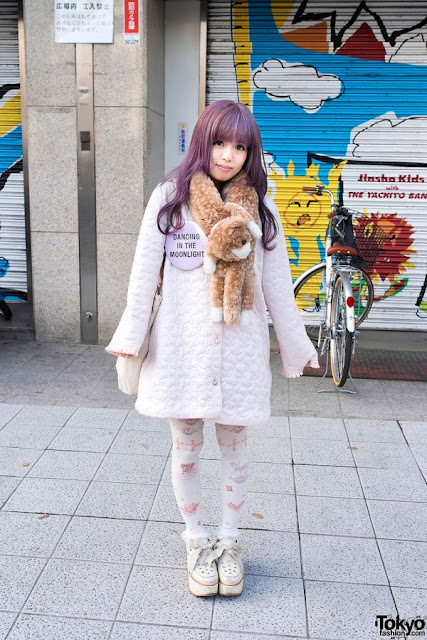 pizza-kei cute pizza fairy kei fairy-kei spring trends fashion j-fashion japanese fashion alternative alt-fashion kawaii cult party key pastel 2013 platform shoes printed tights oversize button lavender purple hair street snap style japan tokyo dancing in the moonlight badge