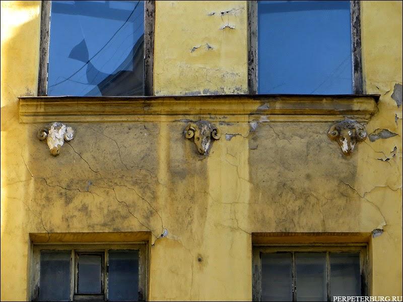 Головы баранов на фасаде дома