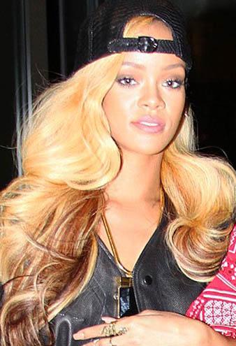 Rihanna ne giyse ne yapsa moda olmaktadır. Bu defa Rihanna beyzbol şapkasını ters takarak teni bir tredn çıkarmıştır. Ünlü şarkıcının retro dalgalı sarı saçları ters takılmış şapkasının altından oldukça hoş görünmektedir.