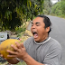 Hombre sorprende al pelar un coco en 10 segundos sin cuchillo
